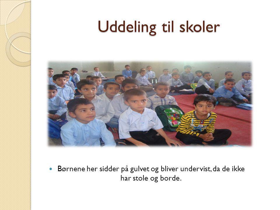 Uddeling til skoler Børnene her sidder på gulvet og bliver undervist, da de ikke har stole og borde.