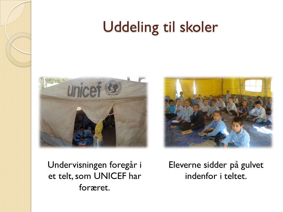 Uddeling til skoler Undervisningen foregår i et telt, som UNICEF har foræret.