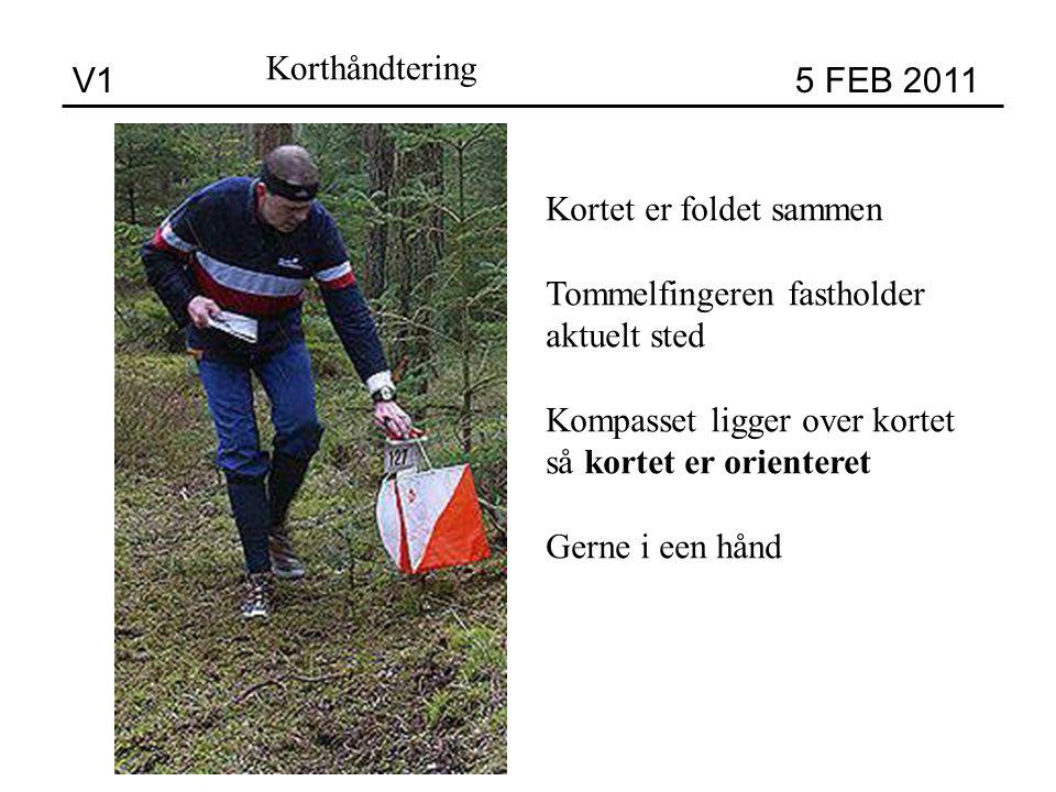 V1 5 FEB 2011 Korthåndtering Kortet er foldet sammen Tommelfingeren fastholder aktuelt sted Kompasset ligger over kortet så kortet er orienteret Gerne i een hånd