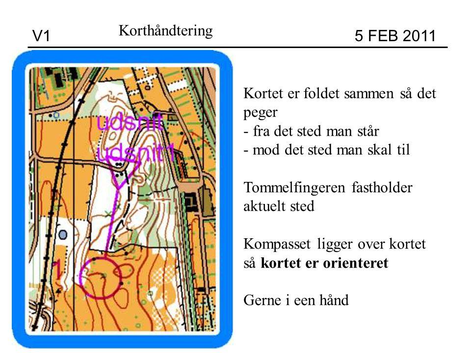 V1 5 FEB 2011 Korthåndtering Kortet er foldet sammen så det peger - fra det sted man står - mod det sted man skal til Tommelfingeren fastholder aktuelt sted Kompasset ligger over kortet så kortet er orienteret Gerne i een hånd