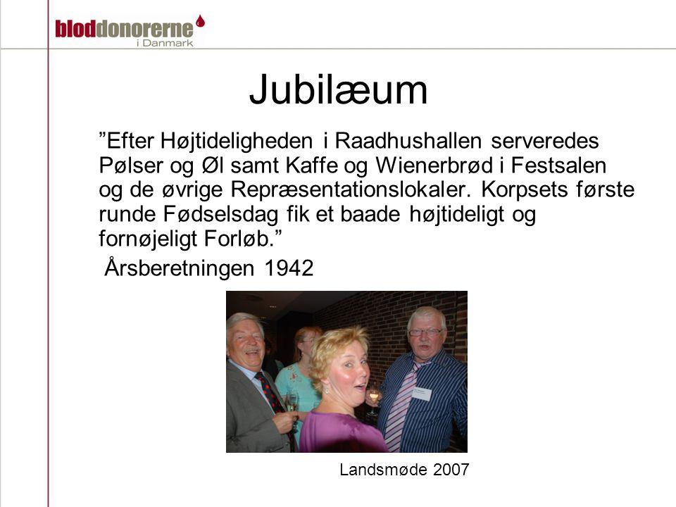 Jubilæum Efter Højtideligheden i Raadhushallen serveredes Pølser og Øl samt Kaffe og Wienerbrød i Festsalen og de øvrige Repræsentationslokaler.