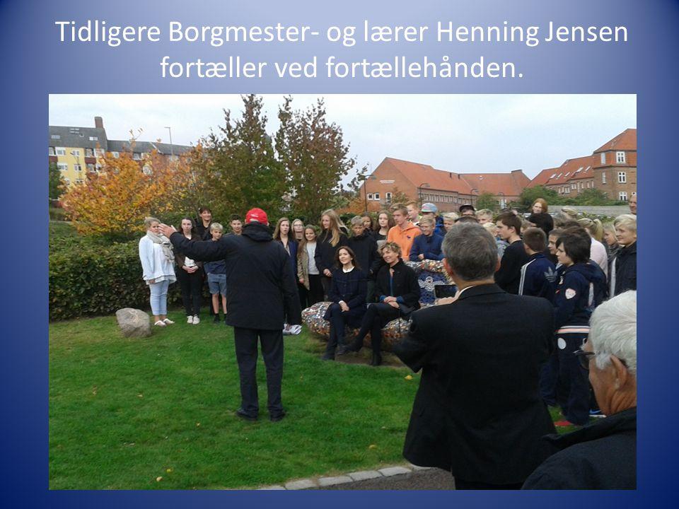 Tidligere Borgmester- og lærer Henning Jensen fortæller ved fortællehånden.