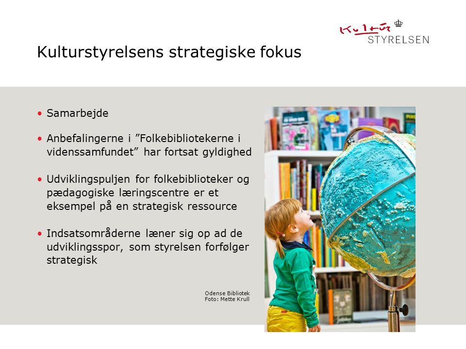 Kulturstyrelsens strategiske fokus Samarbejde Anbefalingerne i Folkebibliotekerne i videnssamfundet har fortsat gyldighed Udviklingspuljen for folkebiblioteker og pædagogiske læringscentre er et eksempel på en strategisk ressource Indsatsområderne læner sig op ad de udviklingsspor, som styrelsen forfølger strategisk Indsæt billede Format: H11,91 x B10,42cm Overskrift fylder maks to linier Odense Bibliotek Foto: Mette Krull
