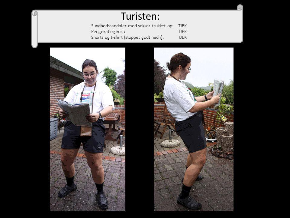 Turisten: Sundhedssandaler med sokker trukket op: TJEK Pengekat og kort: TJEK Shorts og t-shirt (stoppet godt ned i): TJEK