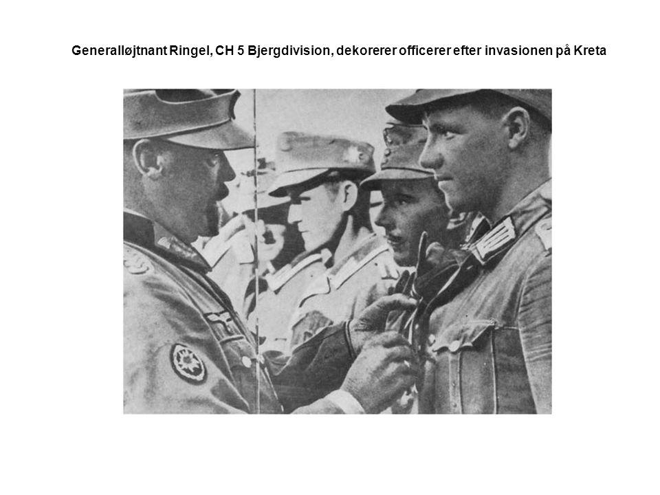 Generalløjtnant Ringel, CH 5 Bjergdivision, dekorerer officerer efter invasionen på Kreta