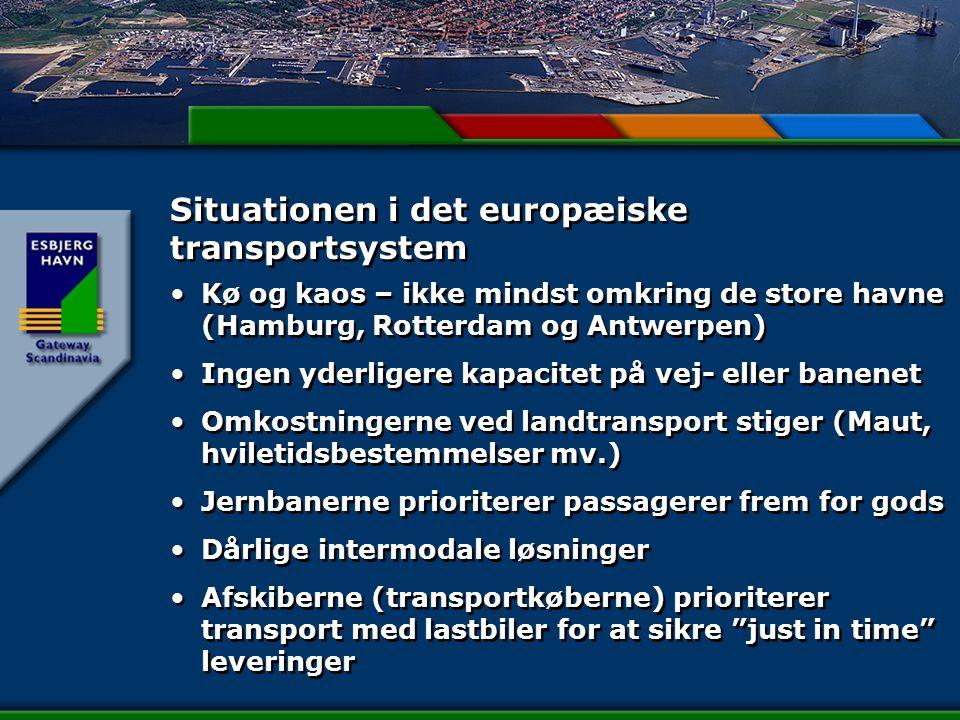Situationen i det europæiske transportsystem Kø og kaos – ikke mindst omkring de store havne (Hamburg, Rotterdam og Antwerpen) Ingen yderligere kapacitet på vej- eller banenet Omkostningerne ved landtransport stiger (Maut, hviletidsbestemmelser mv.) Jernbanerne prioriterer passagerer frem for gods Dårlige intermodale løsninger Afskiberne (transportkøberne) prioriterer transport med lastbiler for at sikre just in time leveringer Kø og kaos – ikke mindst omkring de store havne (Hamburg, Rotterdam og Antwerpen) Ingen yderligere kapacitet på vej- eller banenet Omkostningerne ved landtransport stiger (Maut, hviletidsbestemmelser mv.) Jernbanerne prioriterer passagerer frem for gods Dårlige intermodale løsninger Afskiberne (transportkøberne) prioriterer transport med lastbiler for at sikre just in time leveringer