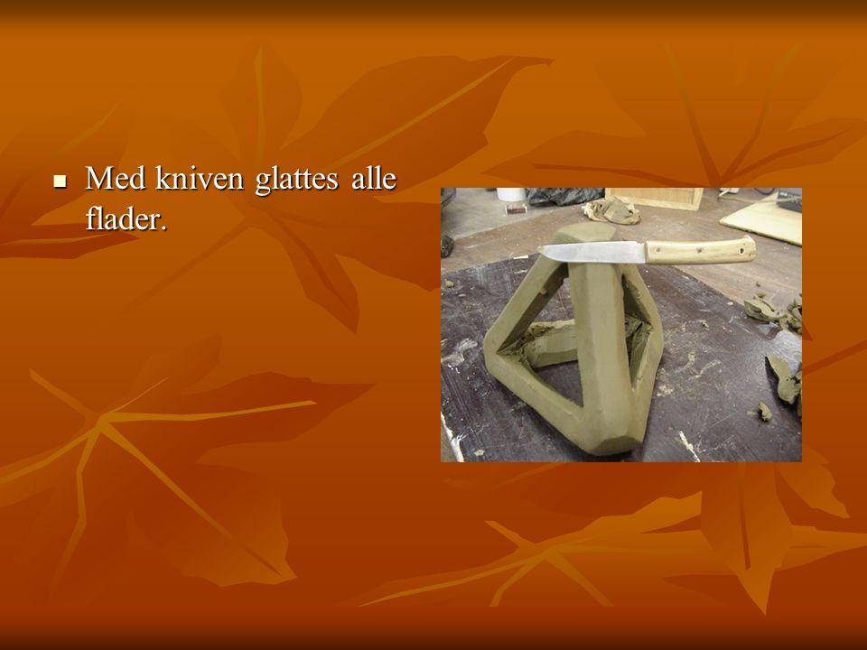 Med kniven glattes alle flader. Med kniven glattes alle flader.