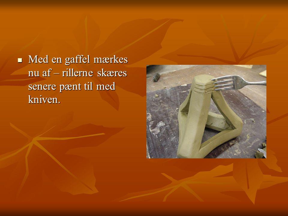 Med en gaffel mærkes nu af – rillerne skæres senere pænt til med kniven.
