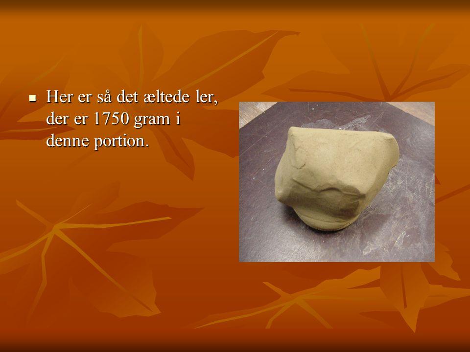 Her er så det æltede ler, der er 1750 gram i denne portion.