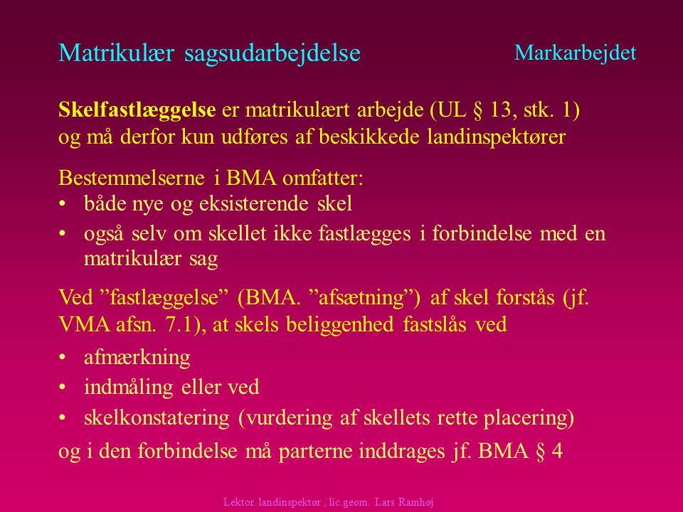 Matrikulær sagsudarbejdelse fastlægge ejendomsgrænserne (dispositionsretten) –hvis matriklens grænse fastlægges afvigende fra ejendomsgrænsen (grænsen er forandret), SKAL DET TYDELIGGØRES redegøre for de matrikulære arealforandringer (forandrede og nye skel) Markarbejdet Skelfastlæggelse Formålet Lektor.