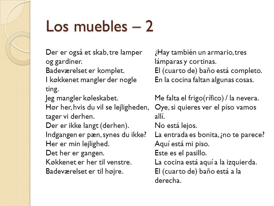 Los muebles – 2 Der er også et skab, tre lamper og gardiner.