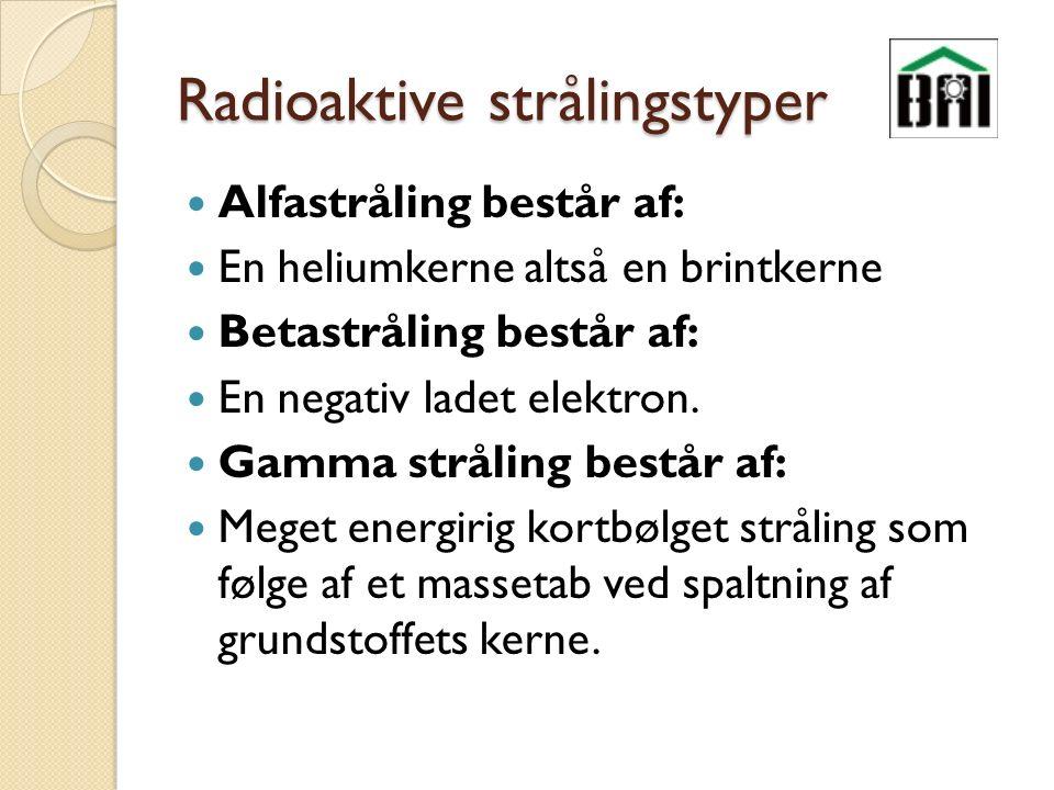 Radioaktive strålingstyper Alfastråling består af: En heliumkerne altså en brintkerne Betastråling består af: En negativ ladet elektron.