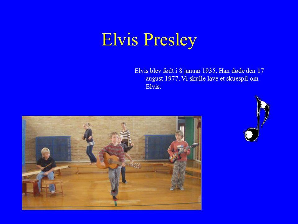 Elvis Presley Elvis blev født i 8 januar 1935. Han døde den 17 august 1977.