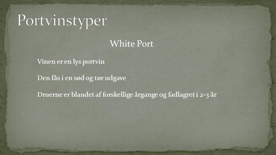 White Port Vinen er en lys portvin Den fås i en sød og tør udgave Druerne er blandet af forskellige årgange og fadlagret i 2-3 år