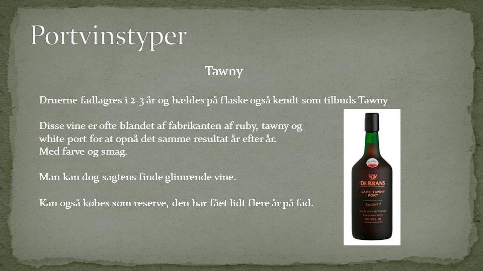 Tawny Druerne fadlagres i 2-3 år og hældes på flaske også kendt som tilbuds Tawny Disse vine er ofte blandet af fabrikanten af ruby, tawny og white port for at opnå det samme resultat år efter år.