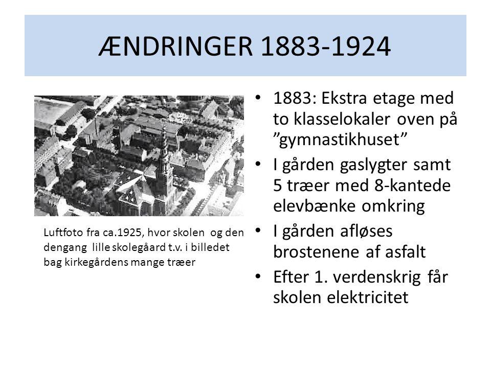 """ÆNDRINGER 1883-1924 • 1883: Ekstra etage med to klasselokaler oven på """"gymnastikhuset"""" • I gården gaslygter samt 5 træer med 8-kantede elevbænke omkri"""