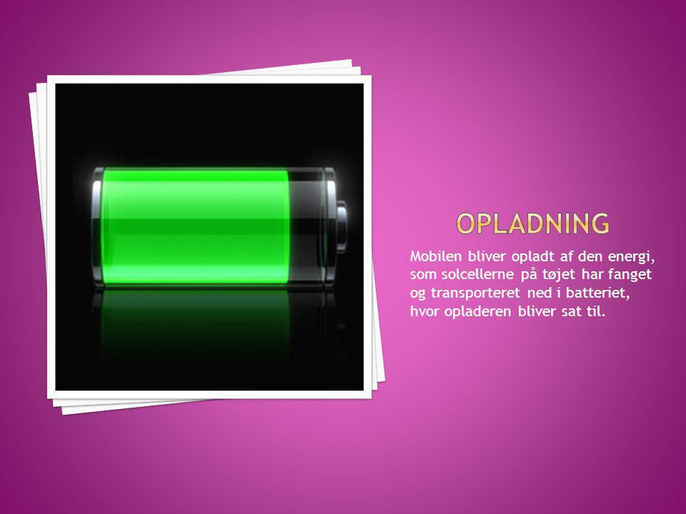 Mobilen bliver opladt af den energi, som solcellerne på tøjet har fanget og transporteret ned i batteriet, hvor opladeren bliver sat til.