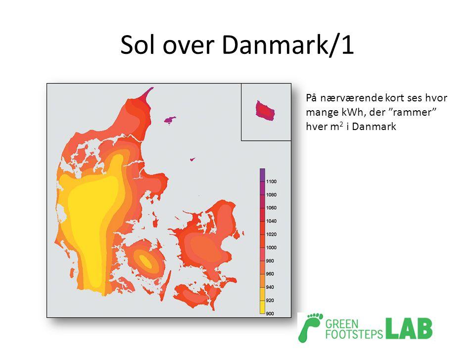 "Sol over Danmark/1 På nærværende kort ses hvor mange kWh, der ""rammer"" hver m 2 i Danmark"