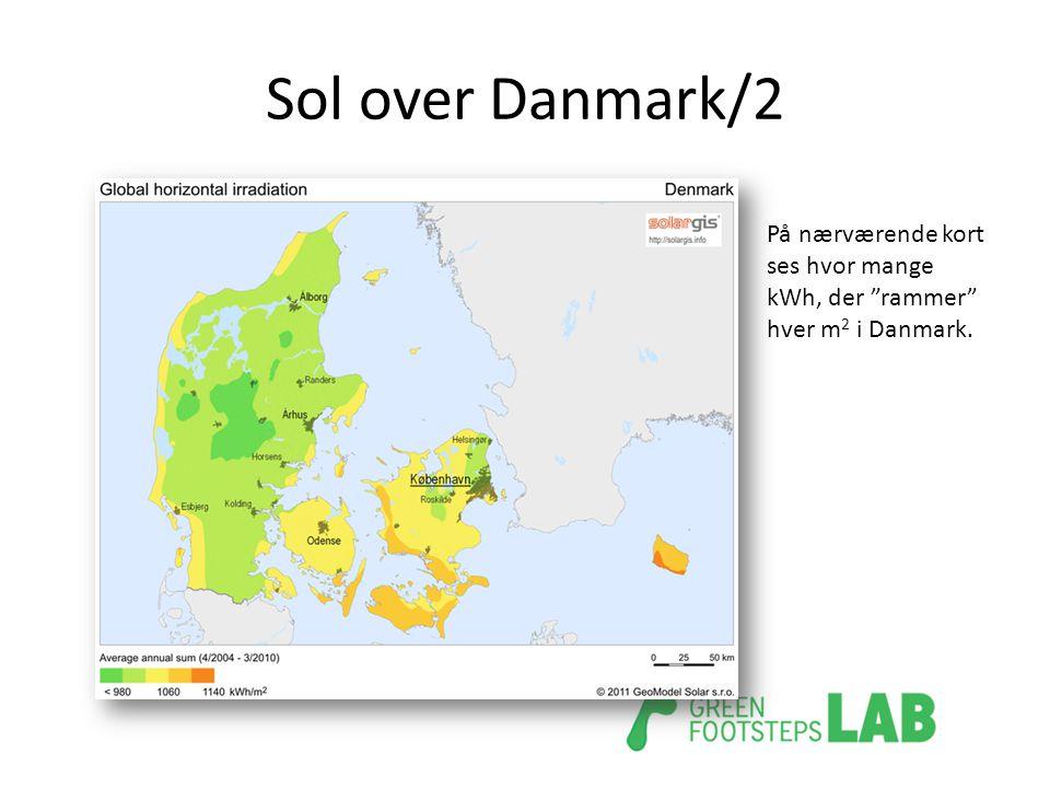 "Sol over Danmark/2 På nærværende kort ses hvor mange kWh, der ""rammer"" hver m 2 i Danmark."