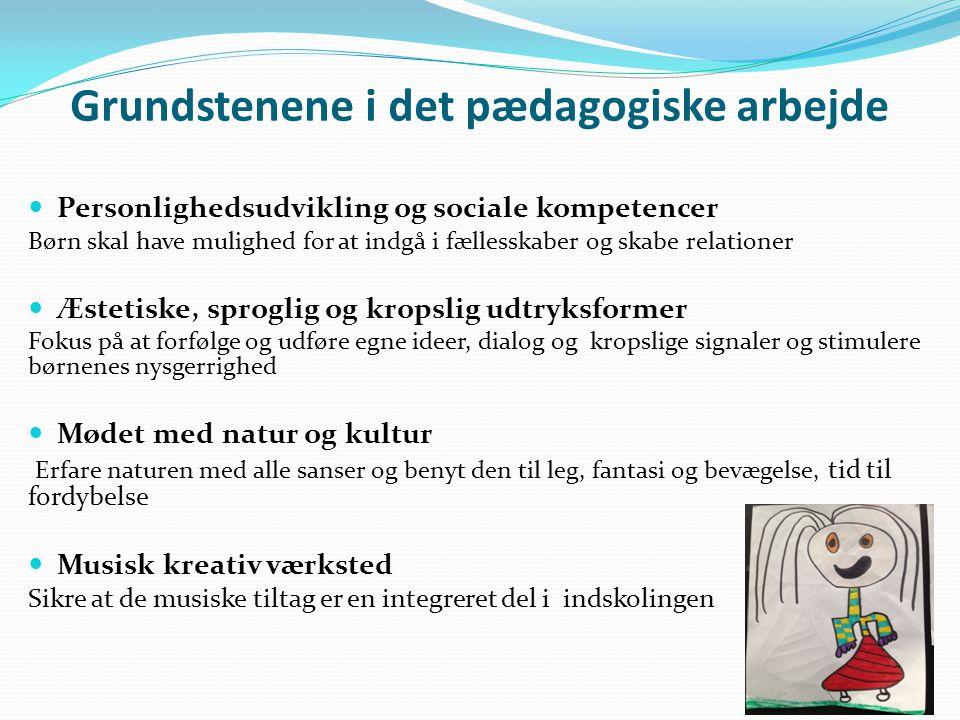 Grundstenene i det pædagogiske arbejde  Personlighedsudvikling og sociale kompetencer Børn skal have mulighed for at indgå i fællesskaber og skabe relationer  Æstetiske, sproglig og kropslig udtryksformer Fokus på at forfølge og udføre egne ideer, dialog og kropslige signaler og stimulere børnenes nysgerrighed  Mødet med natur og kultur Erfare naturen med alle sanser og benyt den til leg, fantasi og bevægelse, tid til fordybelse  Musisk kreativ værksted Sikre at de musiske tiltag er en integreret del i indskolingen