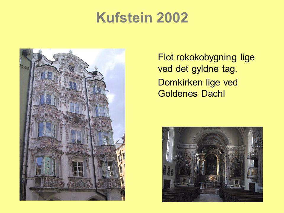 Kufstein 2002 Flot rokokobygning lige ved det gyldne tag. Domkirken lige ved Goldenes Dachl