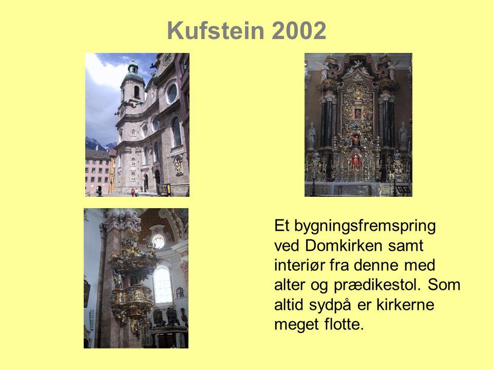 Kufstein 2002 Et bygningsfremspring ved Domkirken samt interiør fra denne med alter og prædikestol.