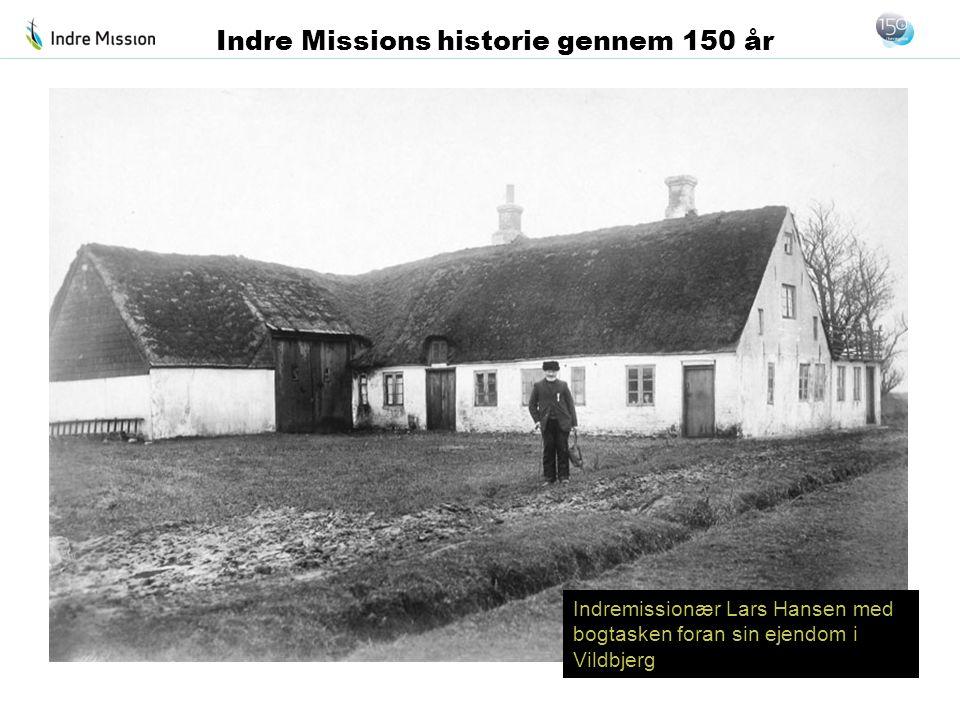 Indremissionær Lars Hansen med bogtasken foran sin ejendom i Vildbjerg Indre Missions historie gennem 150 år