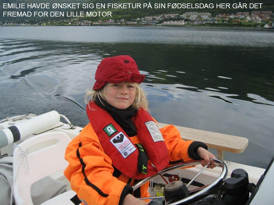 EMILIE HAVDE ØNSKET SIG EN FISKETUR PÅ SIN FØDSELSDAG HER GÅR DET FREMAD FOR DEN LILLE MOTOR