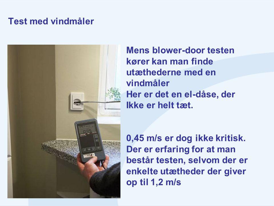 Test med vindmåler Mens blower-door testen kører kan man finde utæthederne med en vindmåler Her er det en el-dåse, der Ikke er helt tæt. 0,45 m/s er d