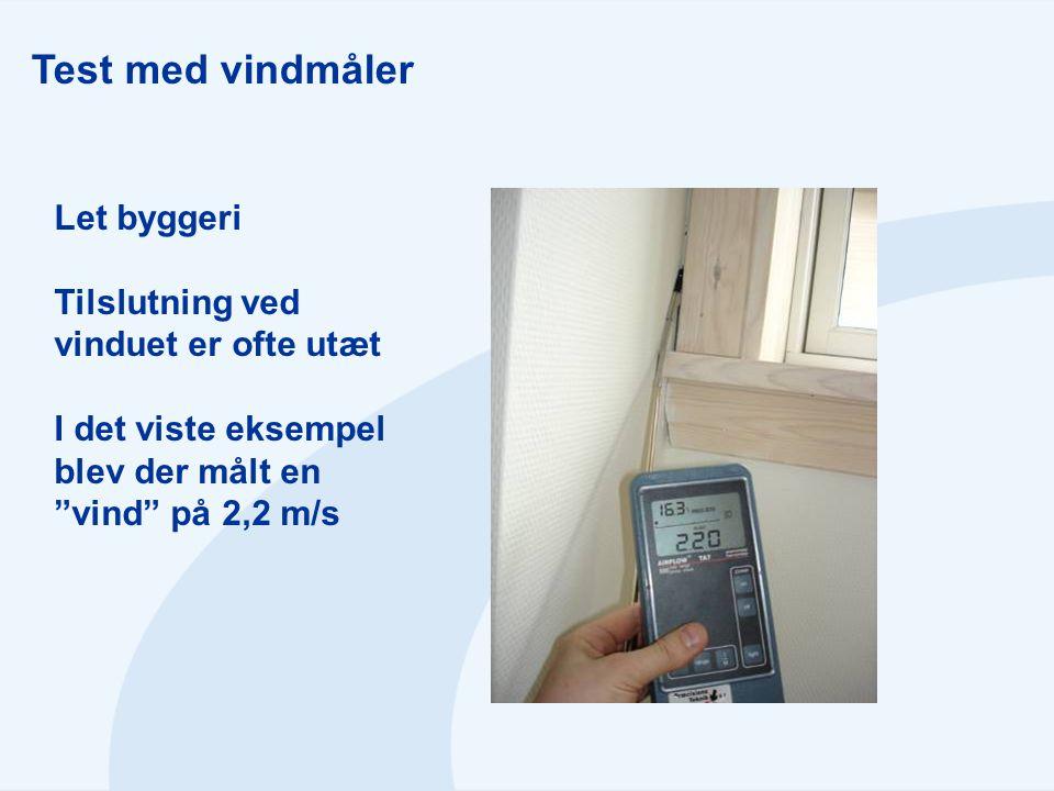 """Test med vindmåler Let byggeri Tilslutning ved vinduet er ofte utæt I det viste eksempel blev der målt en """"vind"""" på 2,2 m/s"""