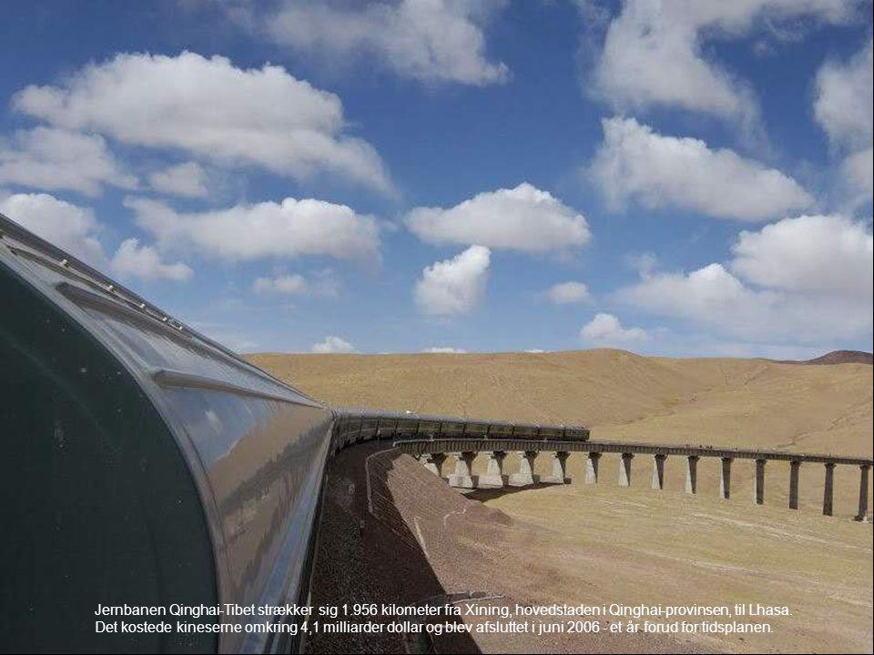 Jernbanen Qinghai-Tibet strækker sig 1.956 kilometer fra Xining, hovedstaden i Qinghai-provinsen, til Lhasa. Det kostede kineserne omkring 4,1 milliar