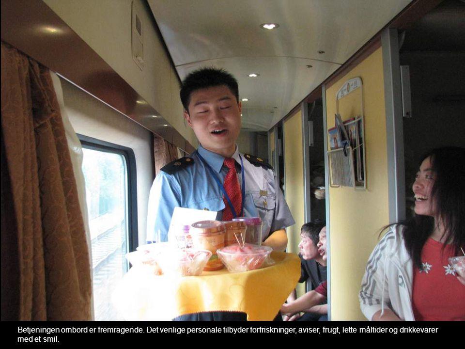 Betjeningen ombord er fremragende. Det venlige personale tilbyder forfriskninger, aviser, frugt, lette måltider og drikkevarer med et smil.