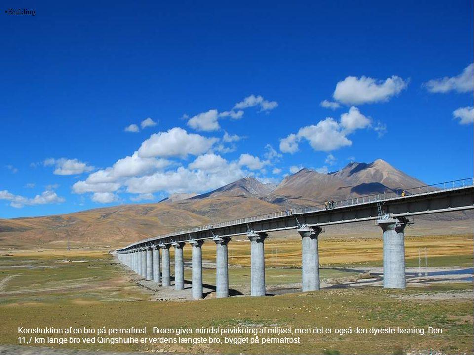 •Building Konstruktion af en bro på permafrost. Broen giver mindst påvirkning af miljøet, men det er også den dyreste løsning. Den 11,7 km lange bro v