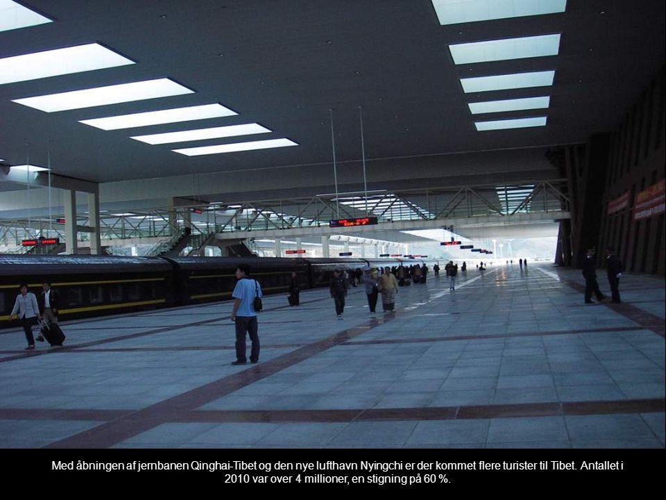 Med åbningen af jernbanen Qinghai-Tibet og den nye lufthavn Nyingchi er der kommet flere turister til Tibet. Antallet i 2010 var over 4 millioner, en