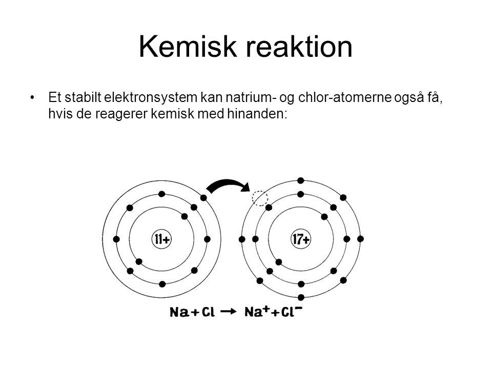 Kemisk reaktion •Et stabilt elektronsystem kan natrium- og chlor-atomerne også få, hvis de reagerer kemisk med hinanden: