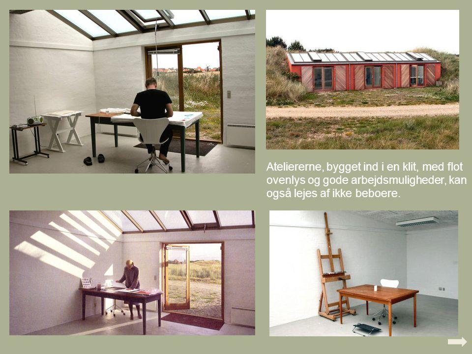Ateliererne, bygget ind i en klit, med flot ovenlys og gode arbejdsmuligheder, kan også lejes af ikke beboere.