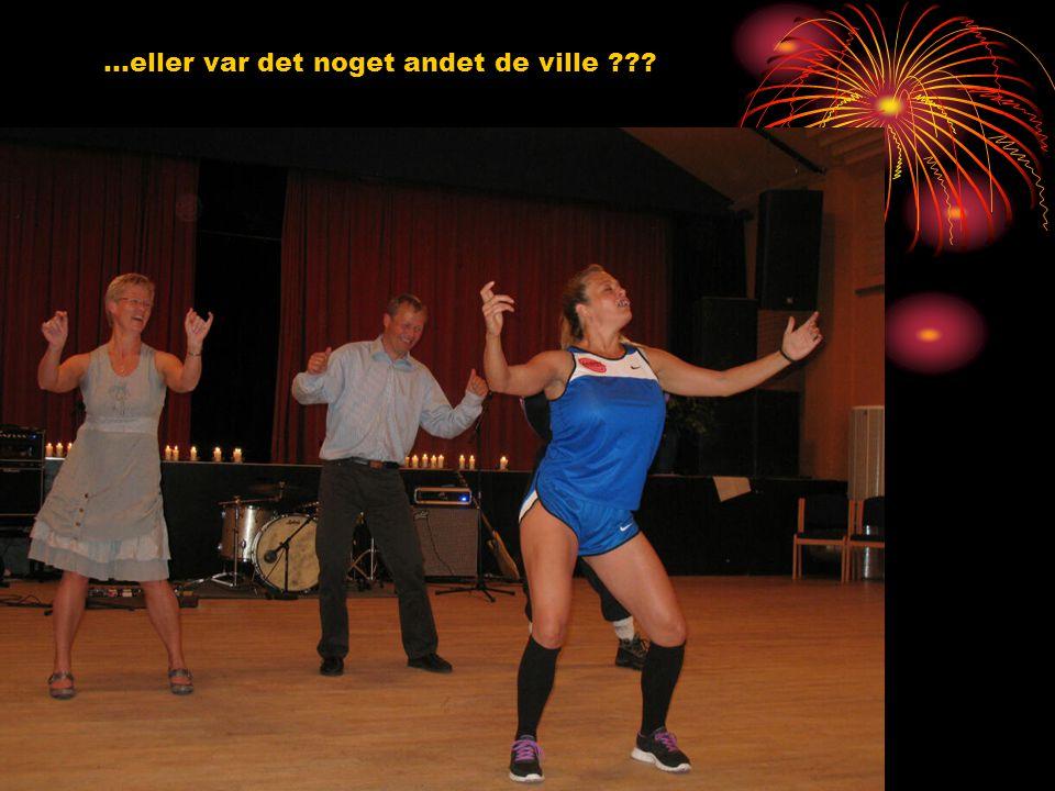 Pludselig blev salen indtaget af nogle mærkelige typer … … som insisterede på at spille volley med Morten og Susanne …