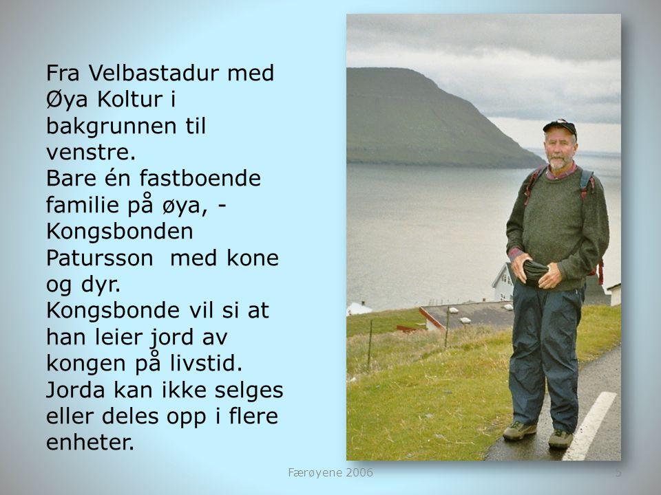 Fra Velbastadur med Øya Koltur i bakgrunnen til venstre. Bare én fastboende familie på øya, - Kongsbonden Patursson med kone og dyr. Kongsbonde vil si
