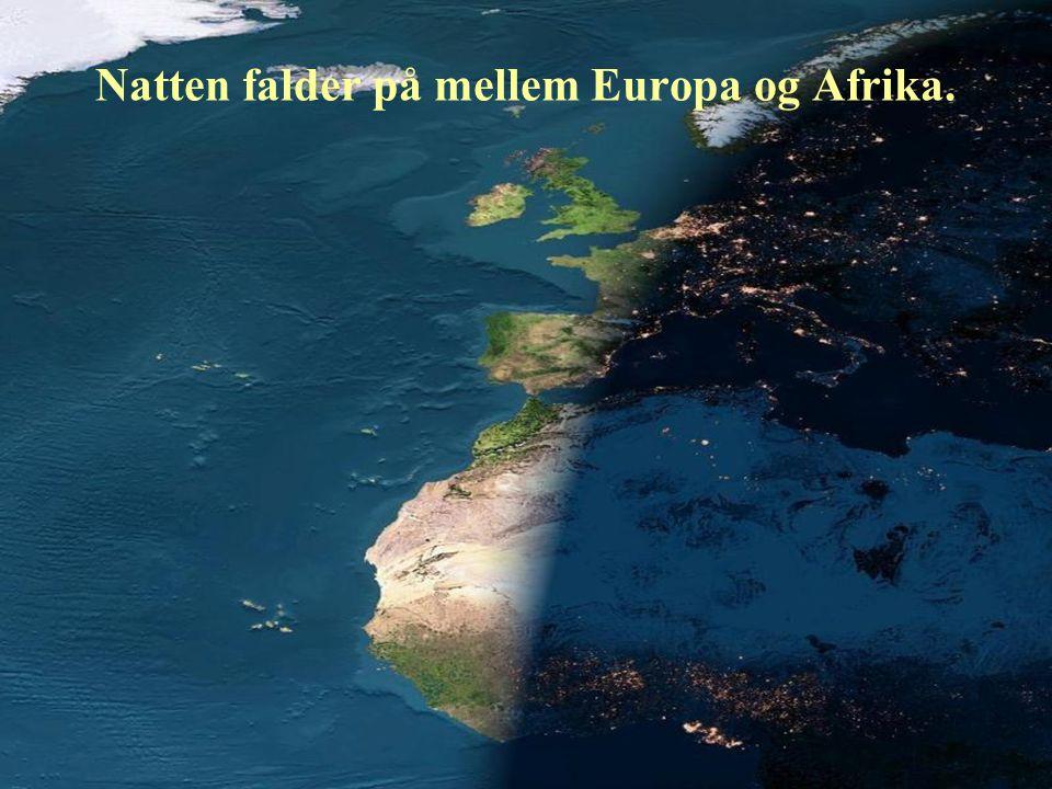 Natten falder på mellem Europa og Afrika.