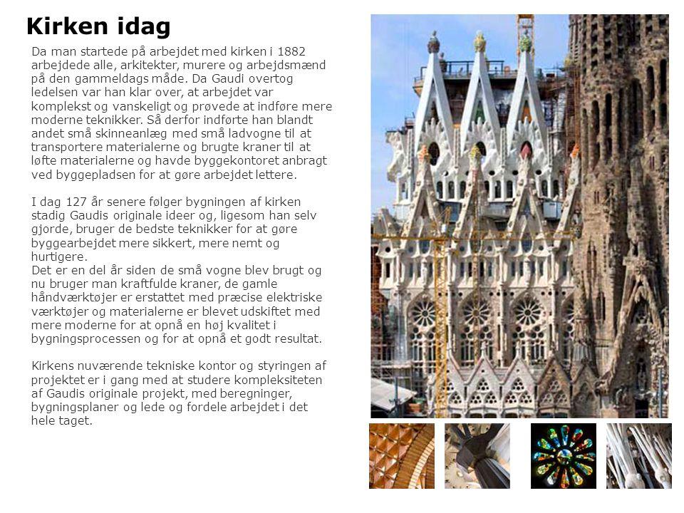 Facade for herligheden – evigheden Kirkens Hovedfacade som vender mod sydøst imod havet og er formet af fire tårne forbundet af en stor portico eller nartex Gloryfacaden