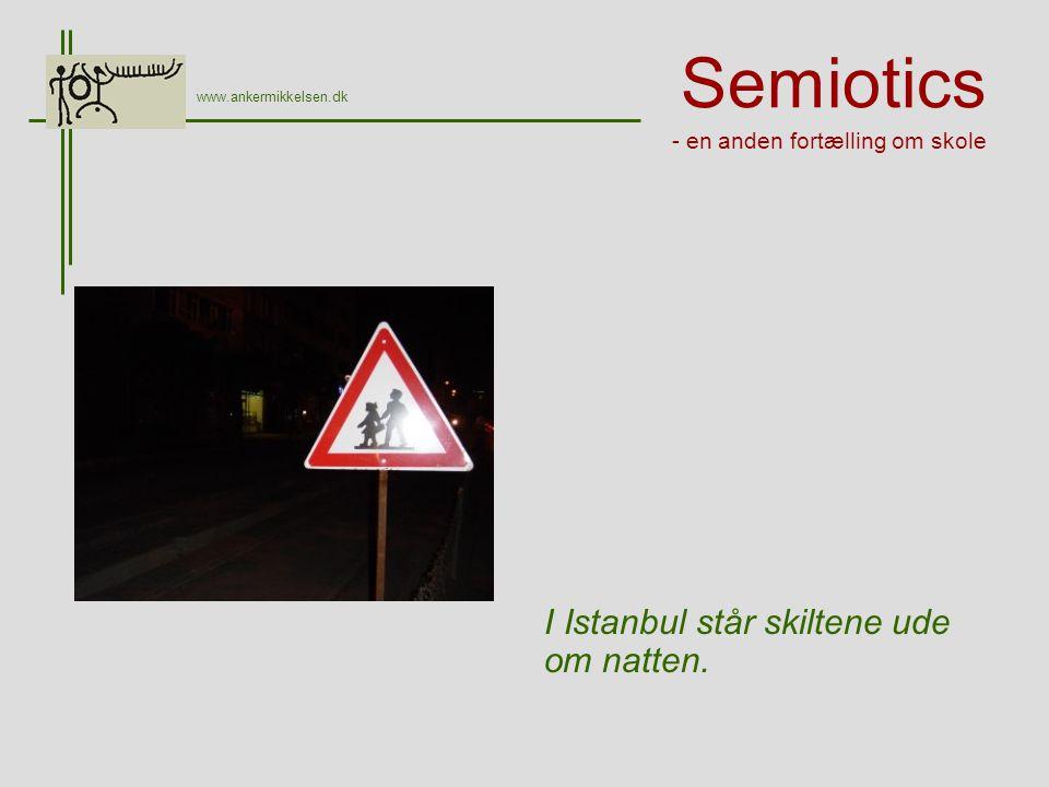Semiotics - en anden fortælling om skole I Istanbul står skiltene ude om natten.