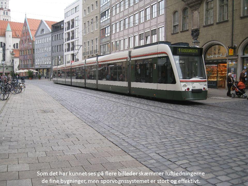 Som det har kunnet ses på flere billeder skæmmer luftledningerne de fine bygninger, men sporvognssystemet er stort og effektivt.