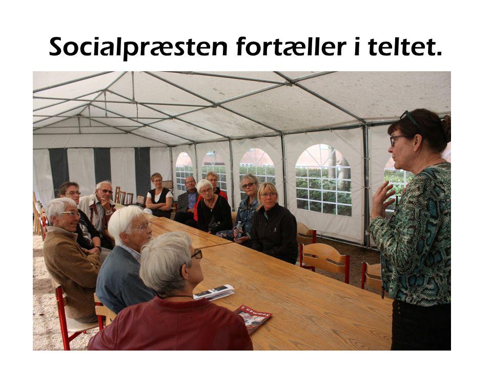 Socialpræsten fortæller i teltet.