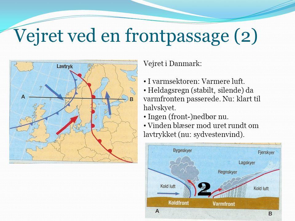 Vejret ved en frontpassage (2) Vejret i Danmark: • I varmsektoren: Varmere luft. • Heldagsregn (stabilt, silende) da varmfronten passerede. Nu: klart