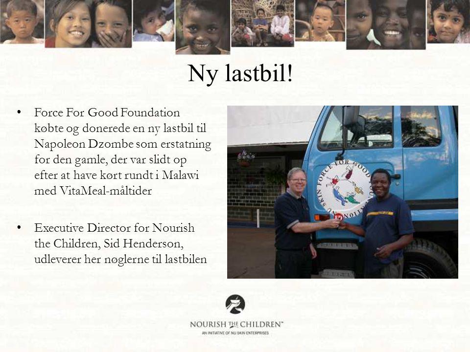 •Force For Good Foundation købte og donerede en ny lastbil til Napoleon Dzombe som erstatning for den gamle, der var slidt op efter at have kørt rundt i Malawi med VitaMeal-måltider •Executive Director for Nourish the Children, Sid Henderson, udleverer her nøglerne til lastbilen Ny lastbil!
