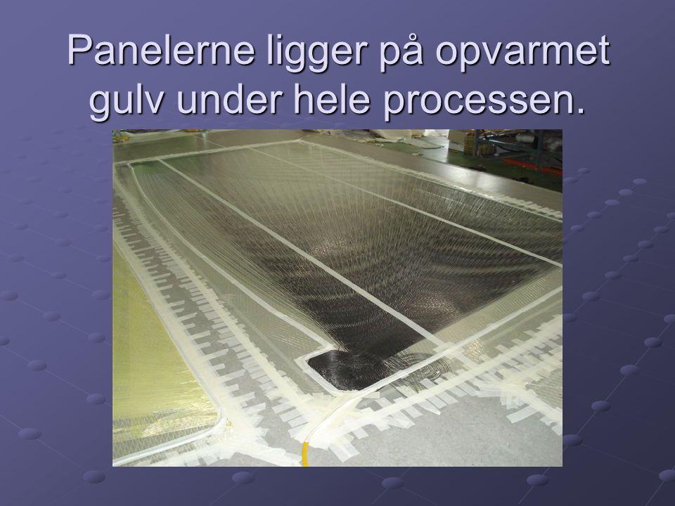 Panelerne ligger på opvarmet gulv under hele processen.