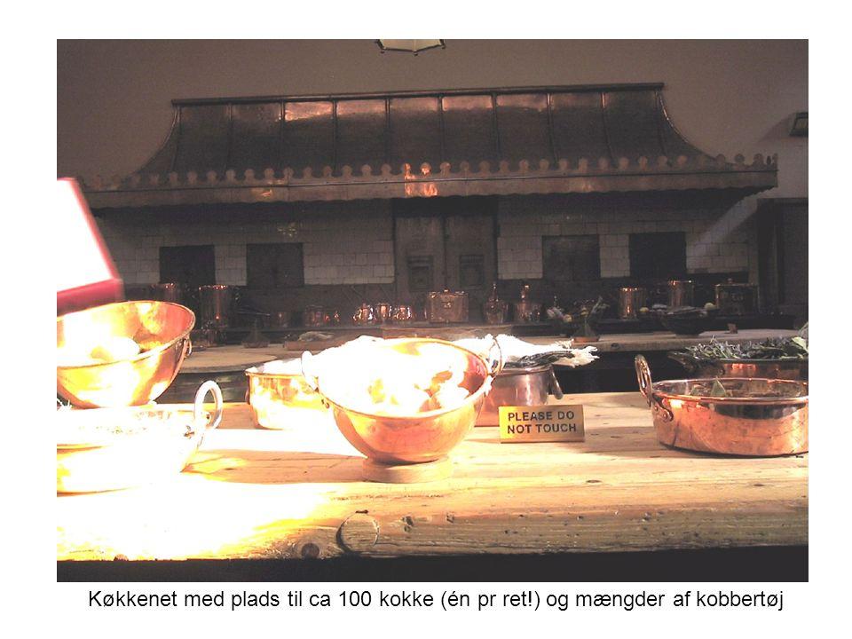 Køkkenet med plads til ca 100 kokke (én pr ret!) og mængder af kobbertøj