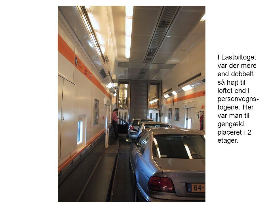 I Lastbiltoget var der mere end dobbelt så højt til loftet end i personvogns- togene.