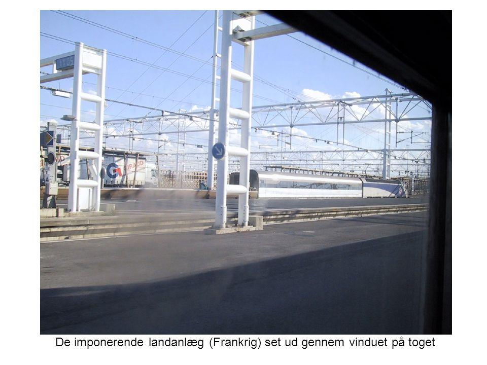 De imponerende landanlæg (Frankrig) set ud gennem vinduet på toget