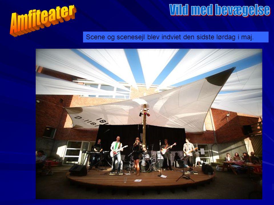 Scene og scenesejl blev indviet den sidste lørdag i maj.
